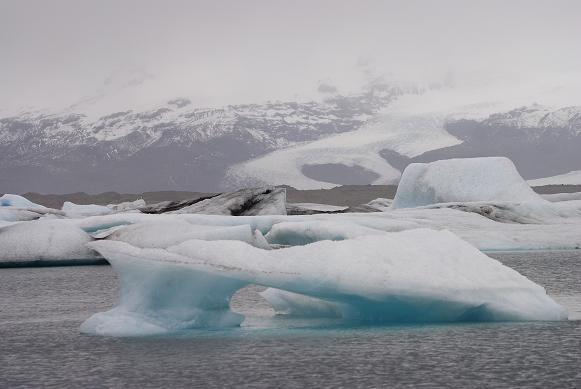 EIsberge. Im Hintergrund Teile des riesigen Vatnajökull