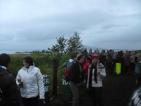 Draußen stehende Isländer