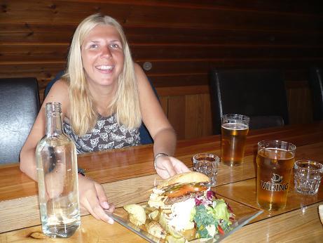 Im Gamli beim WM Burger essen