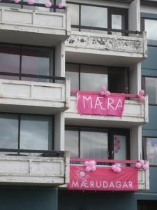 Ein paar geschmückte Balkone in unserem Wohnhaus