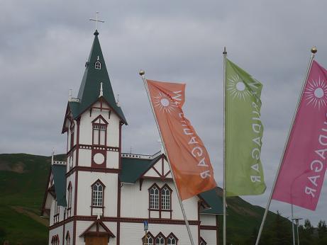 1967 HUSAVIK MAERUDAGAR Tag1 Kirche und Flaggen