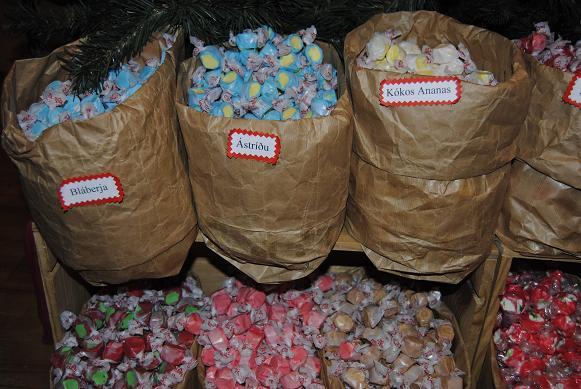Am Ende haben wir dann Bonbons und Zuckerstangen in den verschiedensten Geschmacksrichtungen gekauft