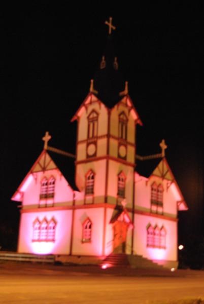 rosa angestrahlte Kirche für den Brustkrebssensibilisierungsmonat (langes Wort)