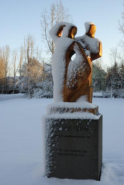 Verschneite Kunst im Park