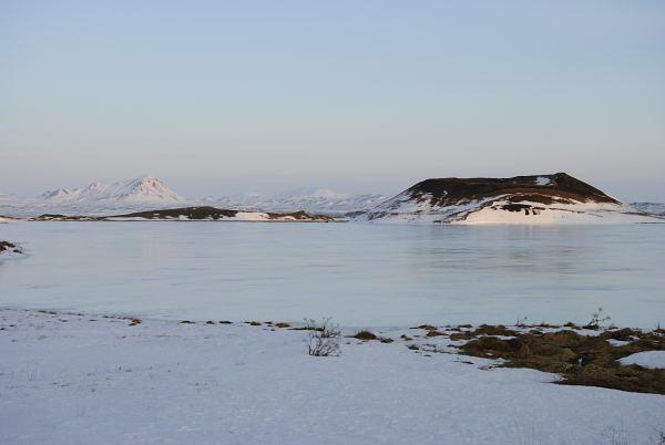 Myvatn im Winter. Der See ist teilweise zugefroren.