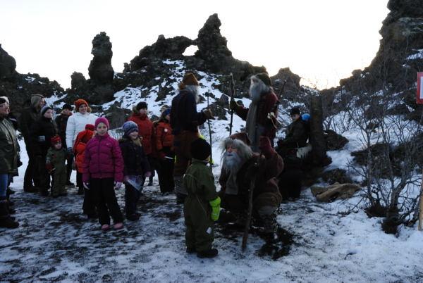 Im Dezember kann man die Weihnachtsmänner jeden Tag zwischen 1 und 3 in den Lavafeldern besuchen