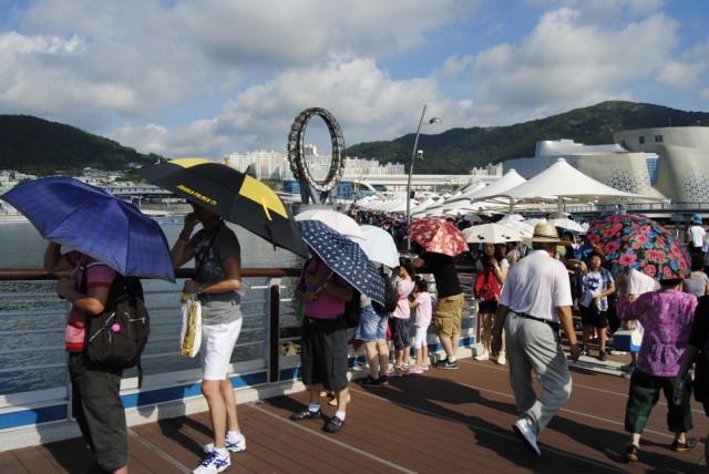 Sonnenschirme und Fächer sind die Hauptwaffen gegen das Wetter